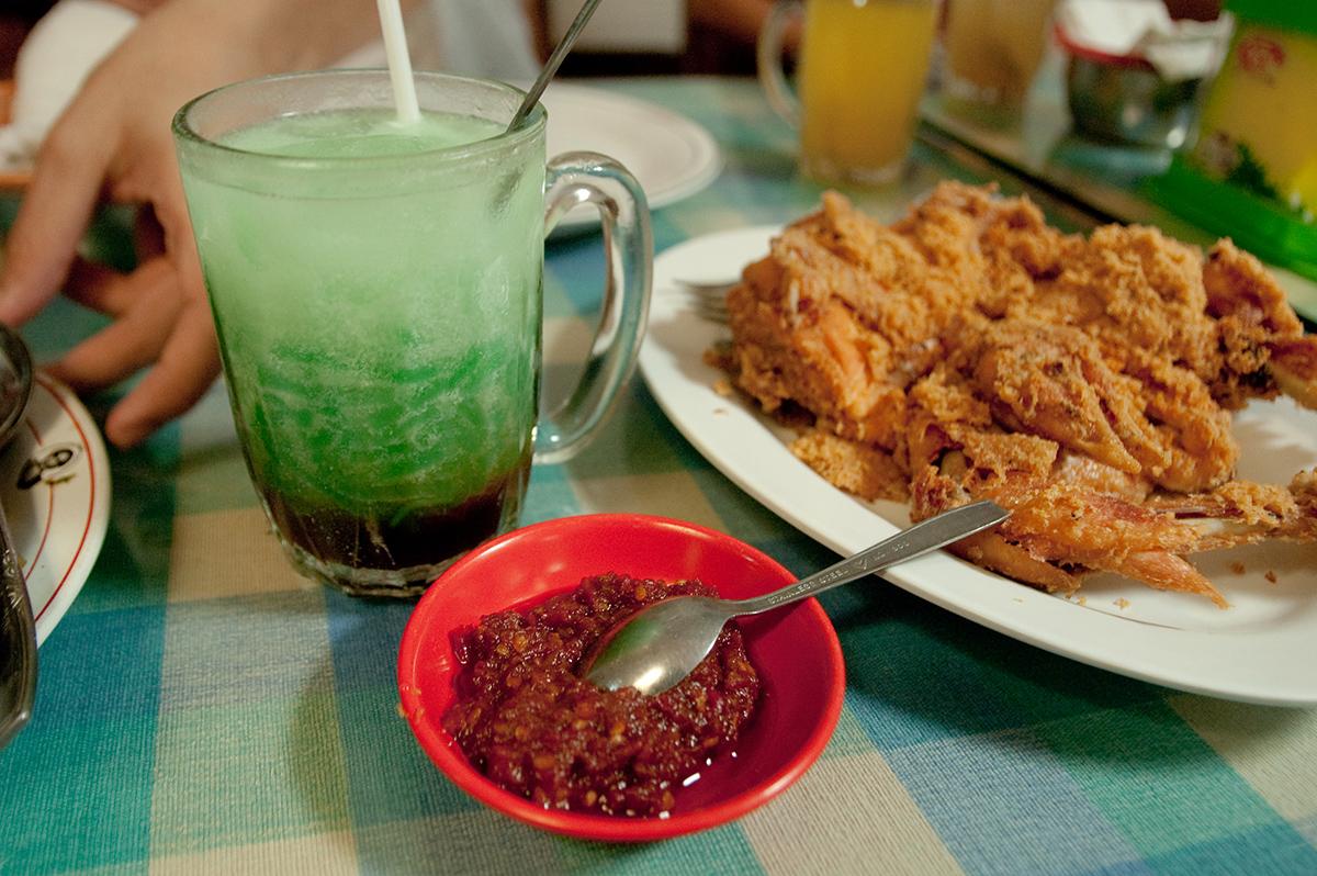 Il pollo fritto accompagnato da salsa sambal e un bicchiere di cendol (foto © Jonathan Lin)