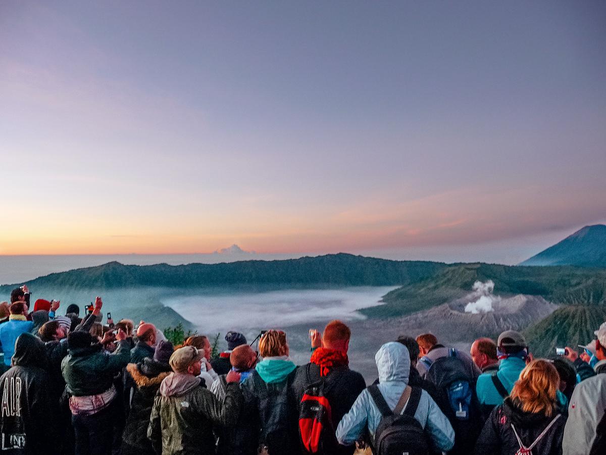 La cortina di turisti davanti al vulcano