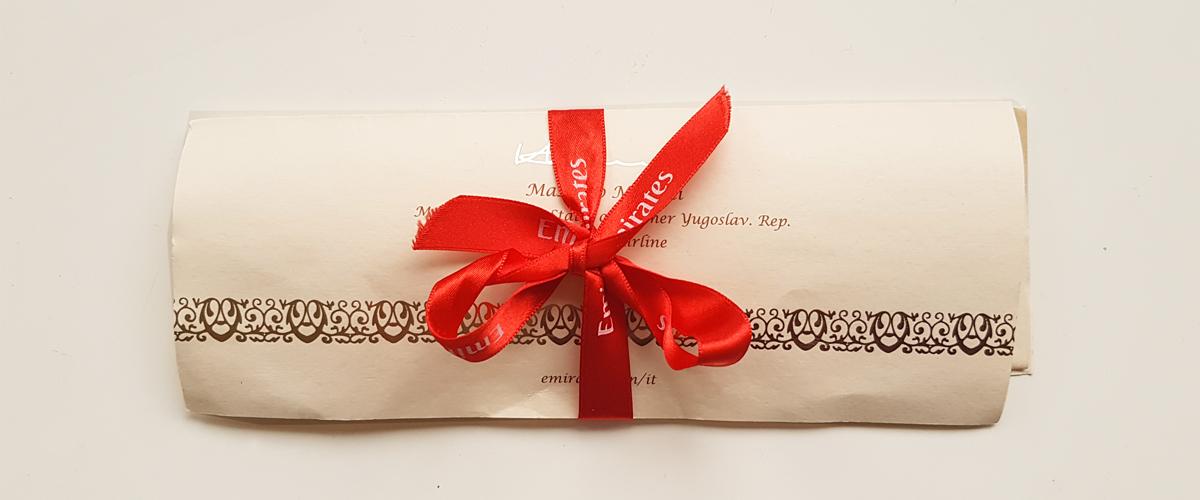 La pergamena celebrativa della Emirates