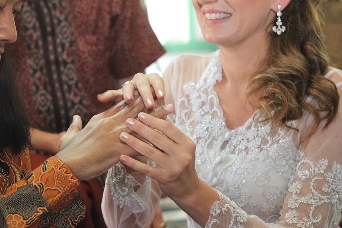 Il matrimonio javanese con il  kebaya  in pizzo ricamato