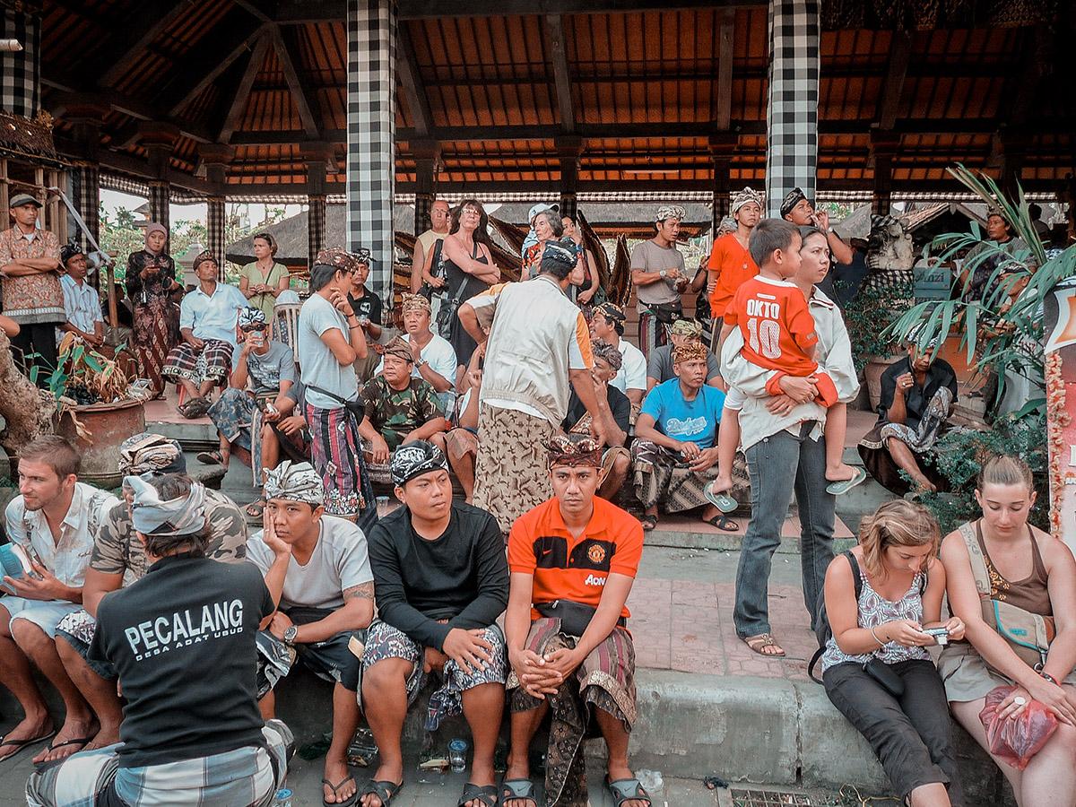 Balinesi e turisti si mischiano per le strade di Ubud