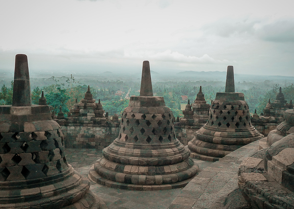 Isola di Java, i templi di Borobudur e Prambanan.