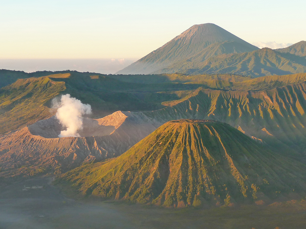 La vista del vulcano Bromo,con il Batok e il Kursi e sullo sfondo il Semeru.