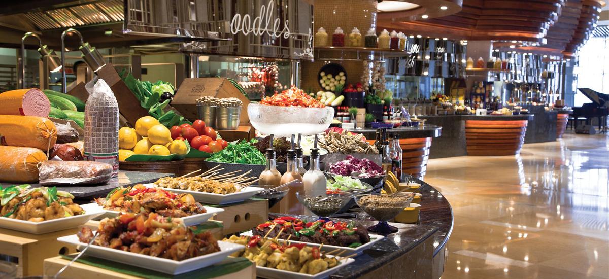 Il ristorante Asia con le isole per il buffet ( © Ritz Carlton)