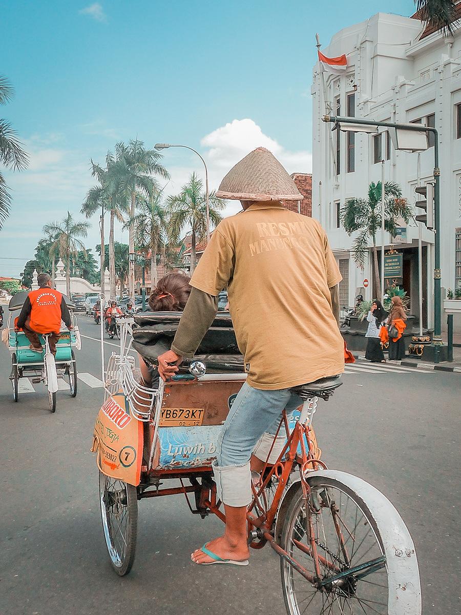 Uomo su mezzo tradizinale a Yogyakarta