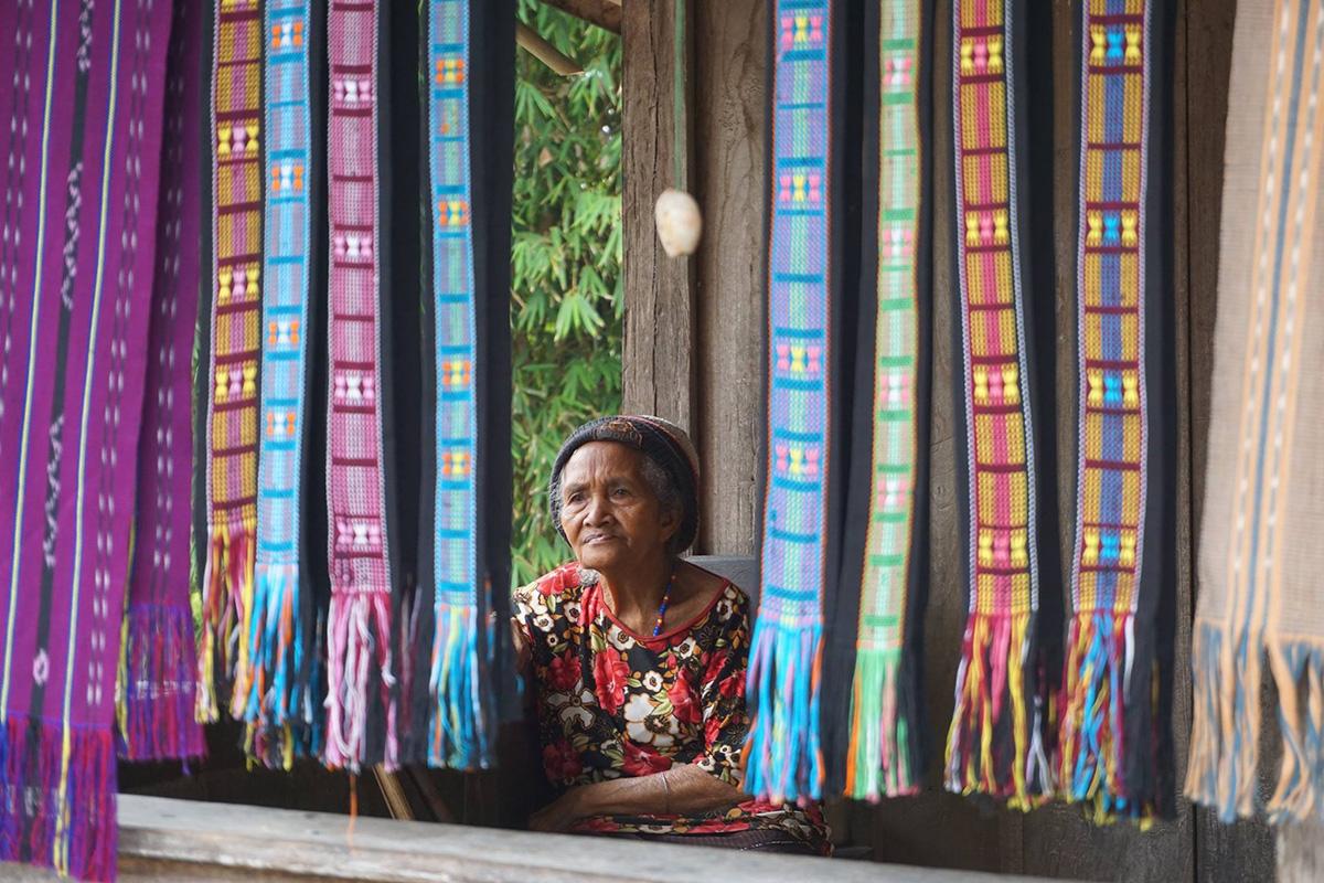Flores e il Parco di Komodo, anziana del villaggio di Bena fra tessuti creati a mano