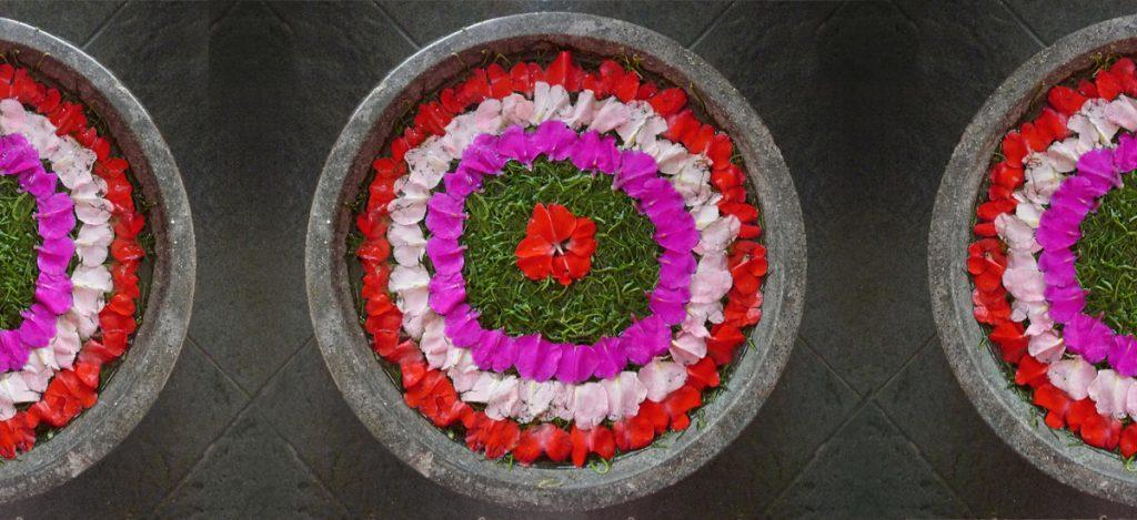Mandala di petali galleggianti in un resort di Kuta