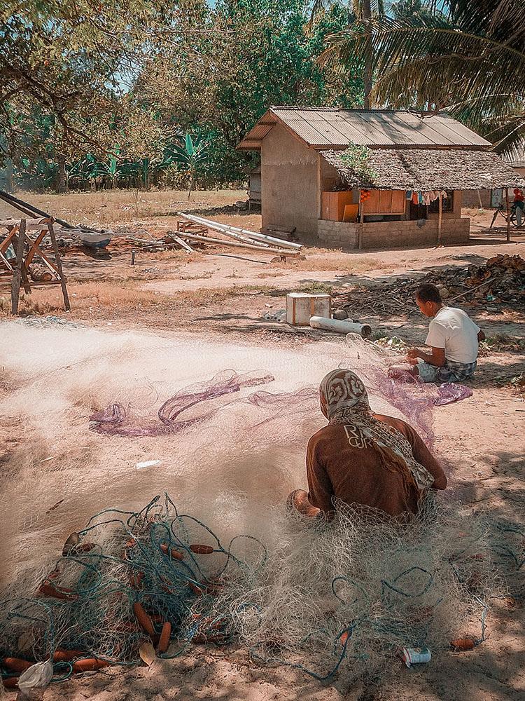 pescatori tessono le reti