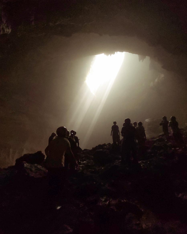 Il fascio di luce che penetra nella seconda grotta