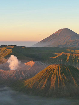 Viaggio In Indonesia. Il vulcano Bromo all'alba a Java