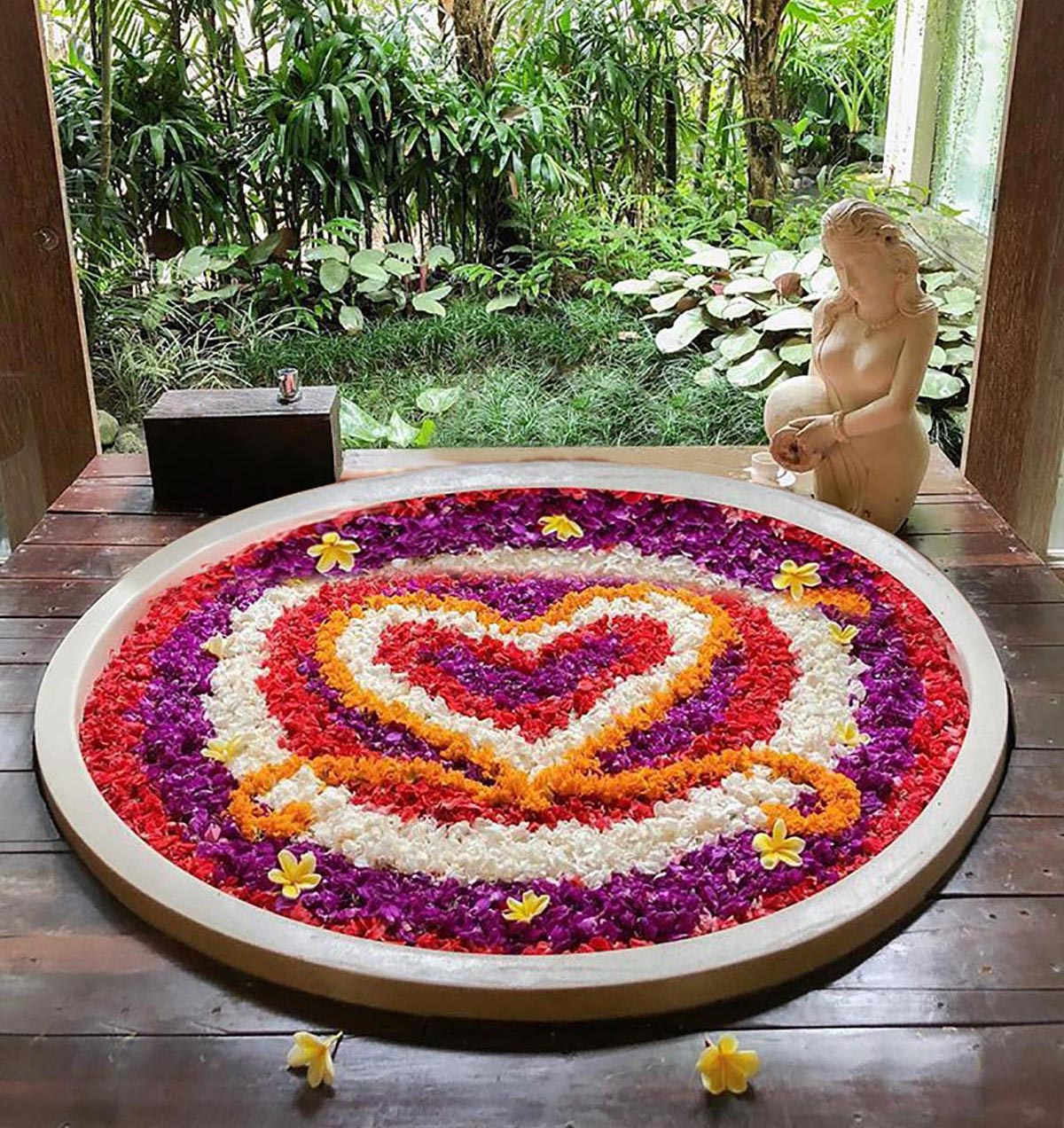 Il mandala di fiori del resort The Udaya
