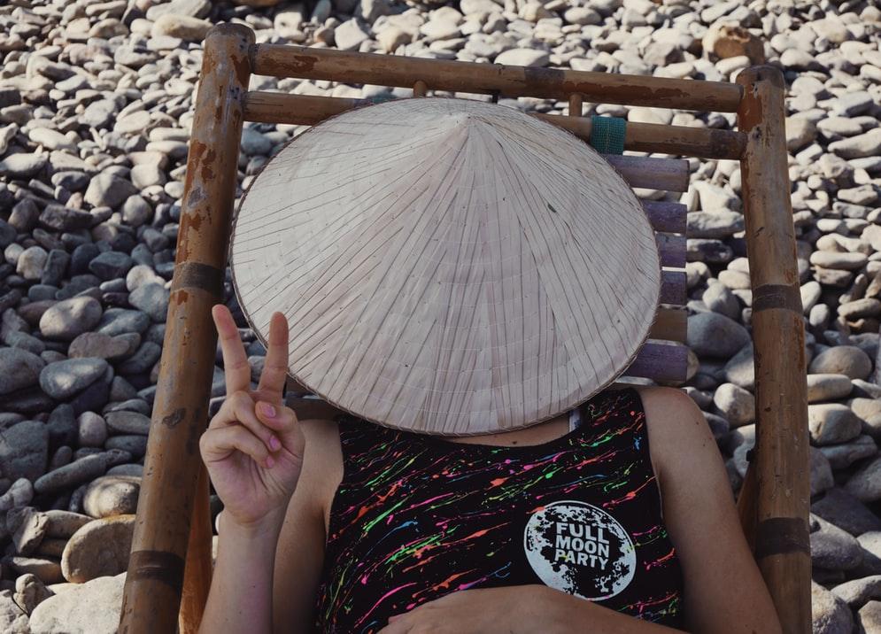 Scegliere la migliore assicurazione di viaggio. Ragazza con cappello a cono.