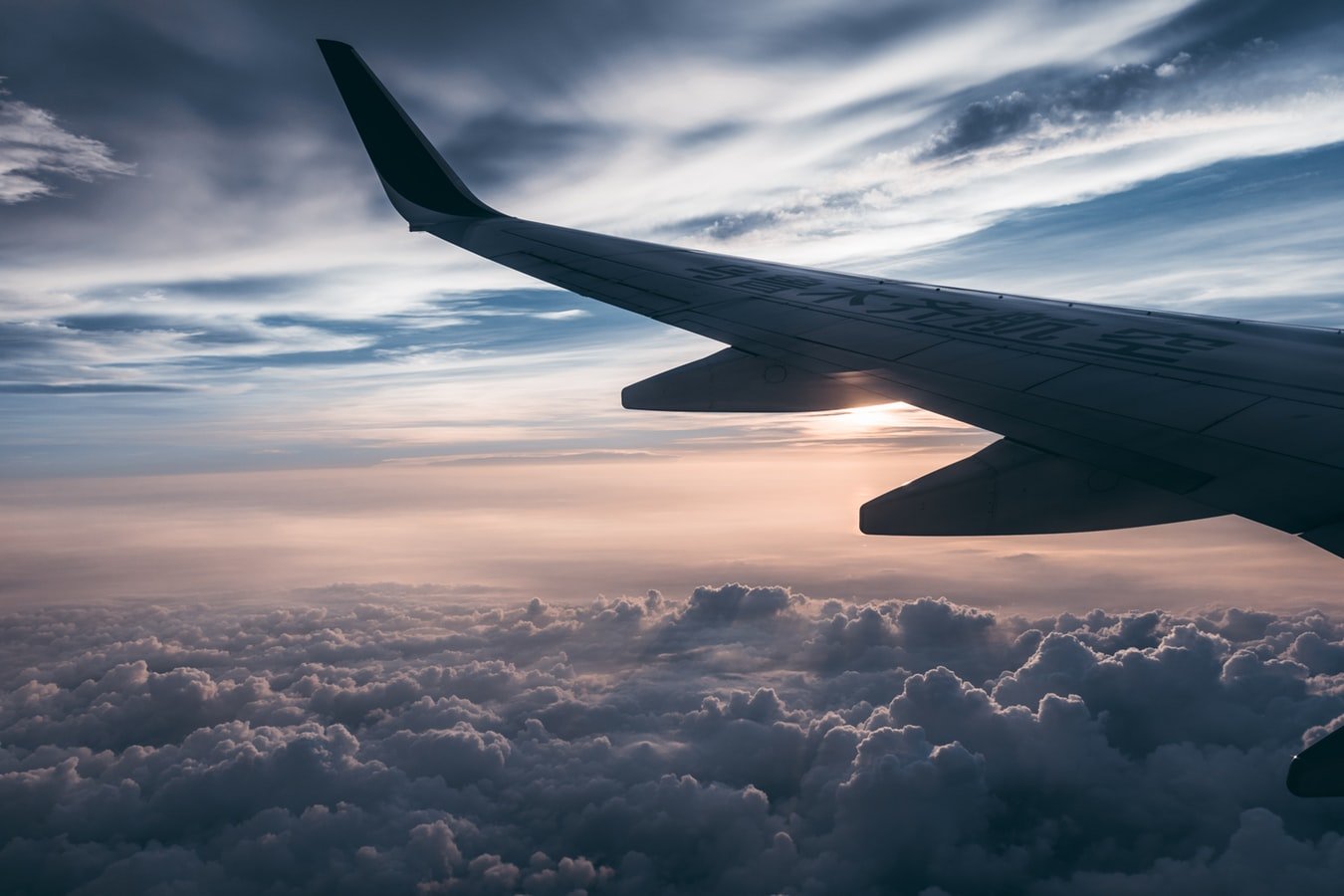 Scegliere la migliore assicurazione di viaggio. Aereo fra le nuvole.