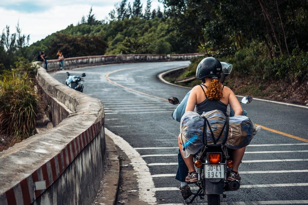 Scegliere la migliore assicurazione di viaggio.Ragazzi in scooter.