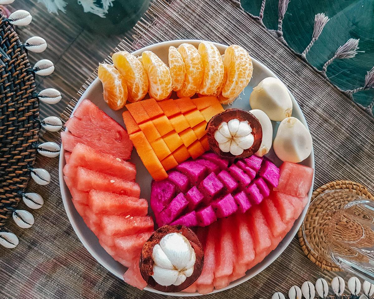 Canggu, colazione di frutta tropicale mista.