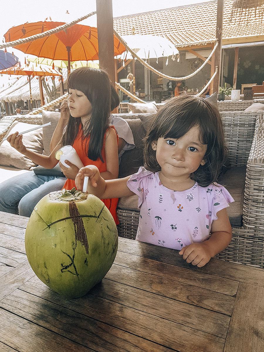 Canggu, Stella beve il latte di cocco