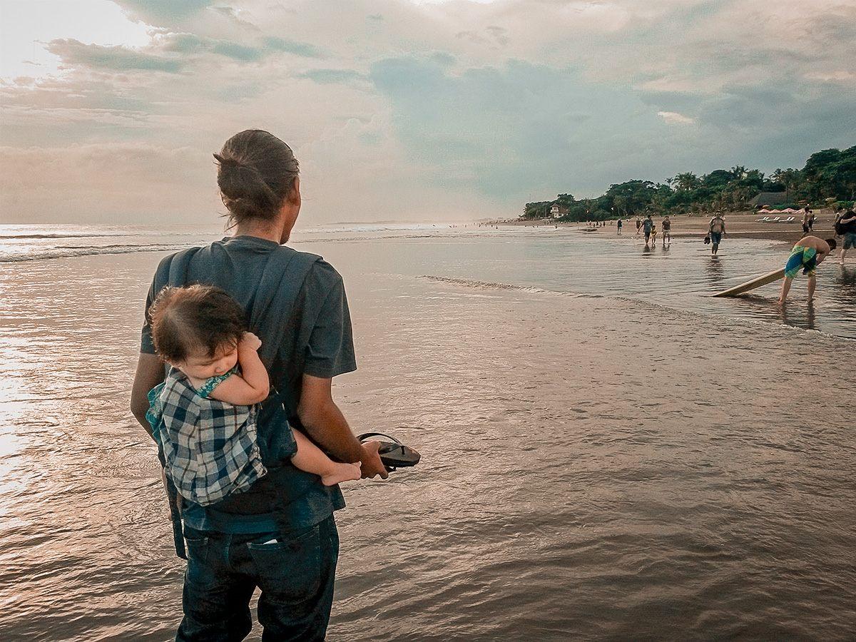 La piccola Lara guarda con sospetto l'oceano!